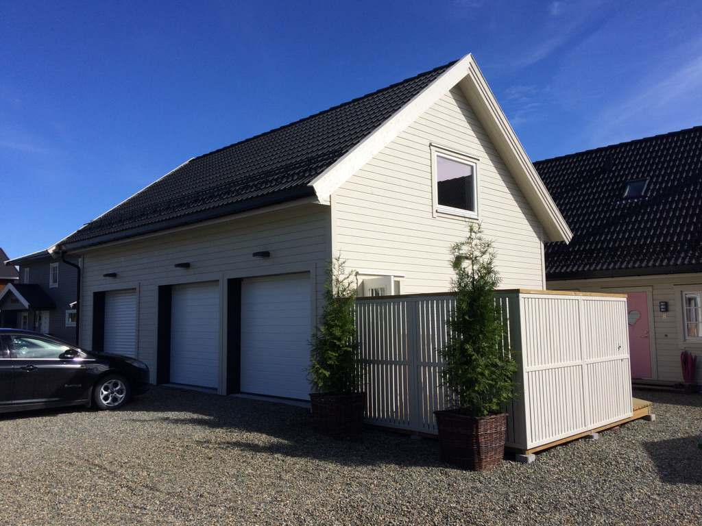 Stor garasje med tre porter